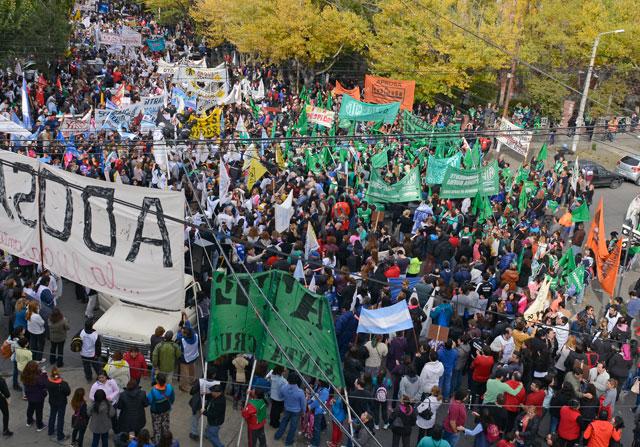 Impactante marcha multisectorial en Río Gallegos. Diez mil personas le pasaron  un aviso a la gobernadora
