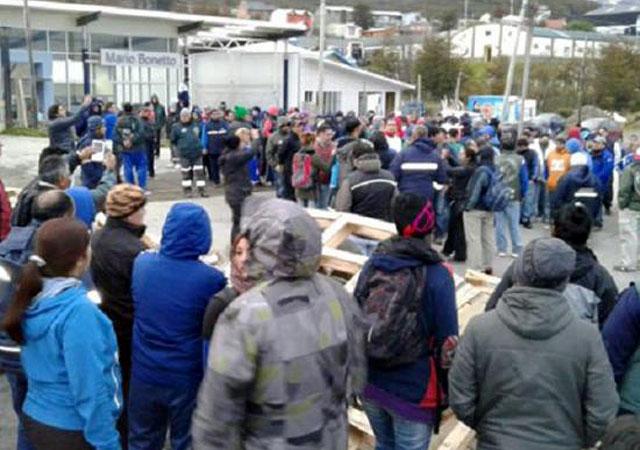 Sectores gremiales se enfrentaron en las calles en Ushuaia. Camioneros contra estatales