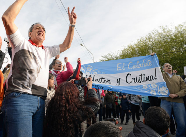 Fanáticos de CFK frente a su residencia en El Calafate – Foto: OPI Santa Cruz/Francisco Muñoz