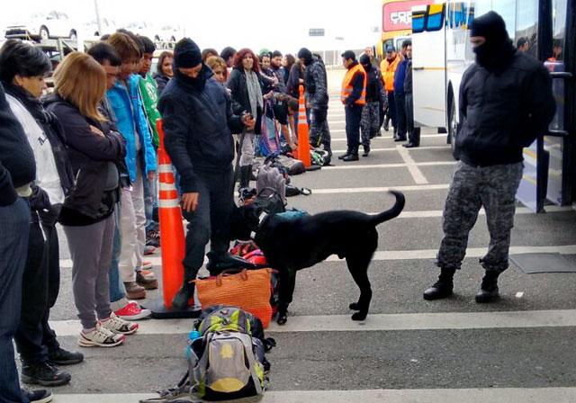La policía revisa con perros, fotografían y revisan colectivos de docentes que concurren a la marcha
