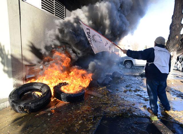 Incidentes en la Legislatura: agua caliente y polvo de matafuegos contra gremios y manifestantes