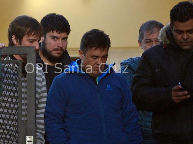 En estos momentos allanan la casa de Luciana Báez en Río Gallegos. Adentro, Leandro habla con el Fiscal