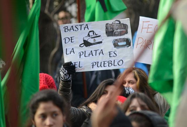 Paro y protesta sindical frente a gobierno, mientras el Vicegobernador ordenó tapiar el edificio de la Legislatura