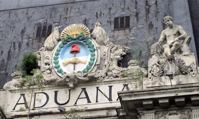 Hallaron medio millón de dólares en la casa del ex jefe de la Aduana de Buenos Aires