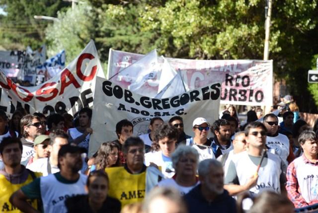 Cerca de 5 mil personas marcharon en Río Gallegos contra el gobierno provincial