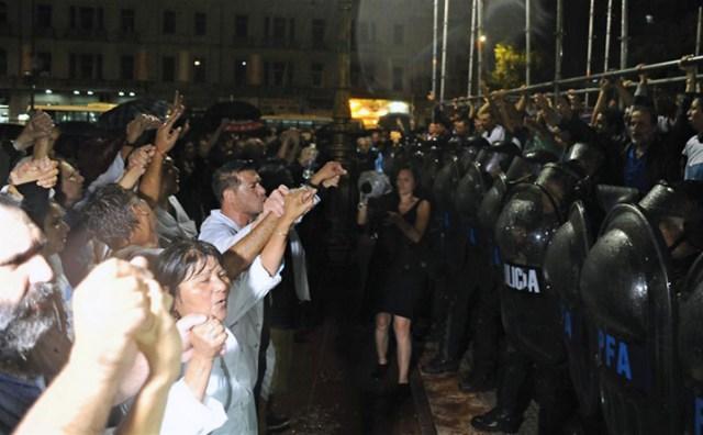 """Impiden a gremialistas docentes instalar una """"escuela itinerante"""" frente al Congreso"""