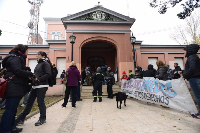 Otra vez la gente sitió a Casa de Gobierno con Alicia Kircher en su interior