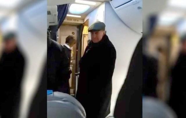 """El enojo de una pasajera con Oscar Parrilli en un vuelo: """"Si no van en cana, no van a poder salir a la calle"""""""