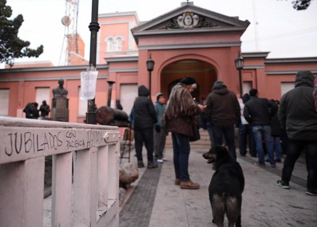 Jubilados permanecieron dentro de casa de gobierno y policías se negaron a desalojarlos