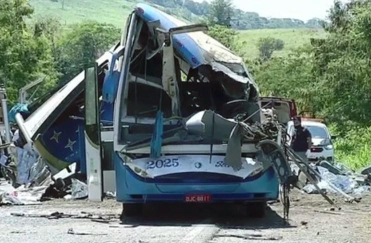 Tragedia en Brasil: al menos 37 muertos en un choque entre un camión y un micro
