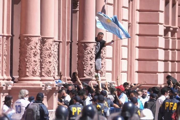 La muerte de Diego Maradona: tras los incidentes, el cortejo fúnebre se dirige al cementerio de Bella Vista