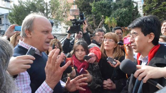 """Intendente Di Pierro habla con la prensa para """"defender la institucioanlidad"""" Foto gentileza El Patagonico"""