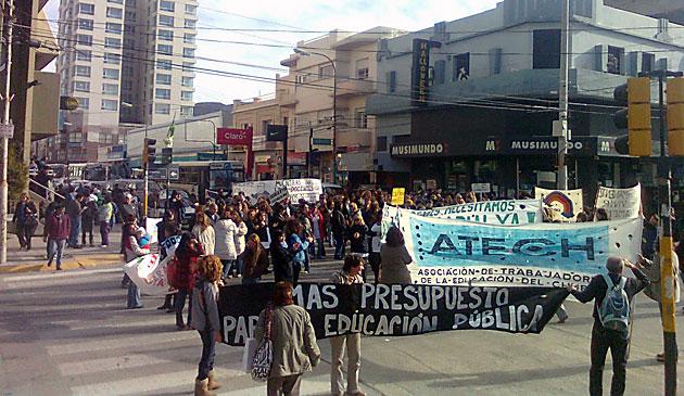 Los docentes de Chubut nucleados en Atech manifestándose por salarios- Foto archivo: OPI Chubut