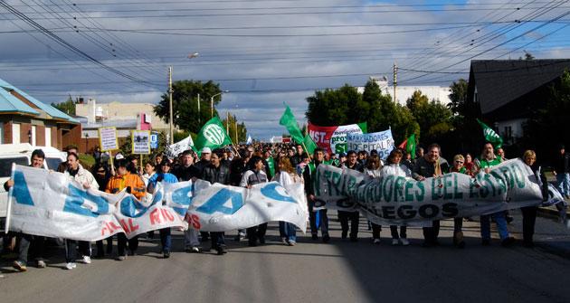 Los gremios de ATE y Adosac marchan por las calles de Río Gallegos – Foto archivo: OPI Santa Cruz/Francisco Muñoz