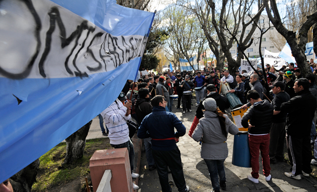 Los policías frente a la casa de gobierno esta tarde - Foto: OPI Santa Cruz/Francisco Muñoz