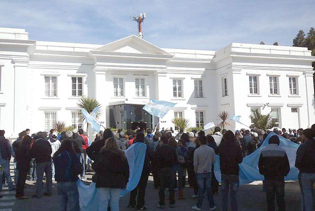 Los exypefianos frente al edificio de YPF en Comodoro Rivadavia - Foto: OPI Chubut