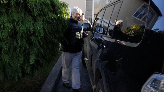 El empresario Lázaro Báez sube a su camioneta fuera de su casa en la calle Villarino en Río Gallegos - Foto: OPI Santa Cruz/Francisco Muñoz