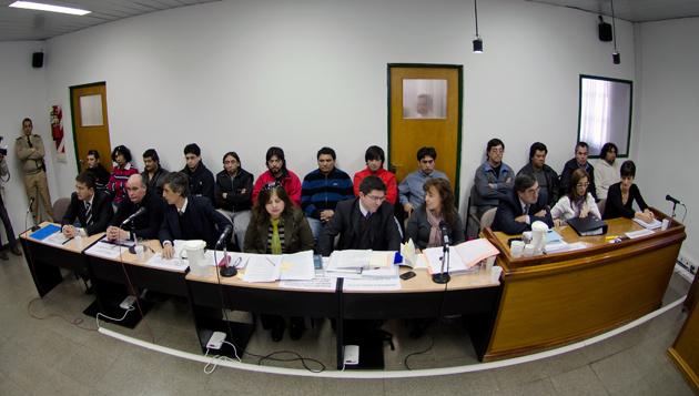 Los acusados en el caso Sayago en el banquillo ayer en Caleta Olivia - Foto: OPI Santa Cruz/Daniel Bustos
