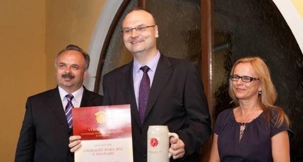 Predseda Asociácie malých nezávislých pivovarov Slovenska Ľubomír Vančo stojí v strede. Na ľavo je podpredseda asociácie Ladislav Kovács, vpravo podpredsedníčka Beáta Murková.