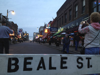 Touristen auf der Beale Street