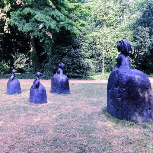 Einige Skulpturen auf sehr trockenem Boden
