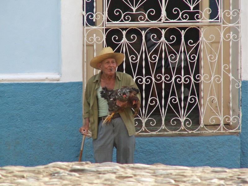 Mann mit Hühnern in Trinidad