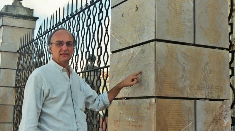 Michael Mörth vor der Gedenksäule