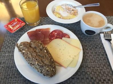Frühstück mit Chorizo und Serrano-Schinken
