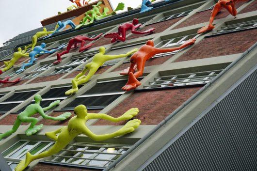 Flossenmänner stürmen die Fassade