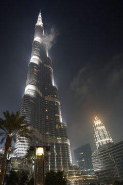 Blick von unten auf den Burj Khalifa