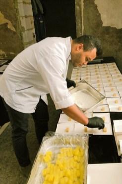 Frank Mielke bereitet das Essen zu