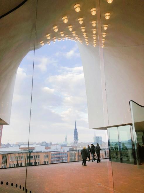Auf der Plaza der Elbphilharmonie in Hamburg
