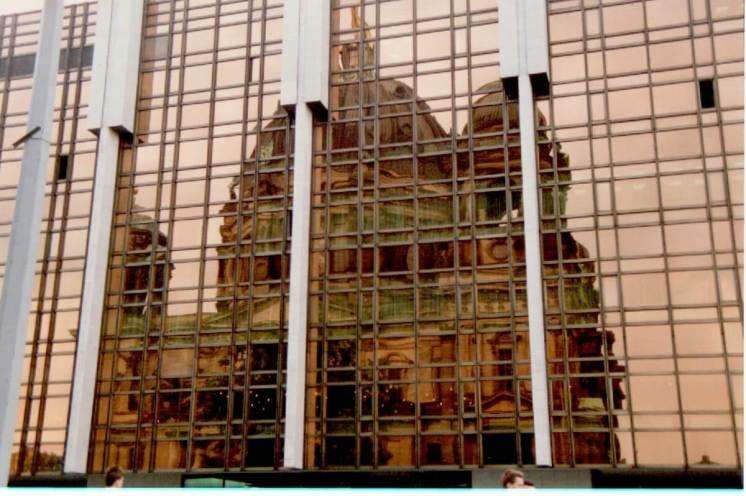1995: Dom spiegelt sich im Palast der Republik