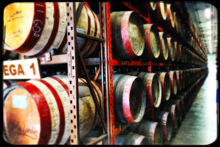 Fässer in der Destillerie