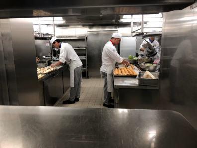 In der Küche eines Kreuzfahrtschiffs: Snacks und Fingerfood