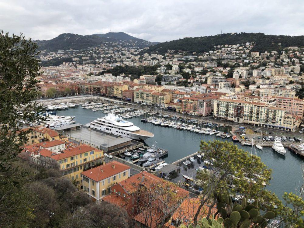 Blick vom Schlosshügel auf den Hafen