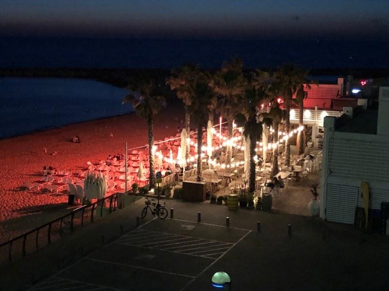 Strandbar bei Nacht