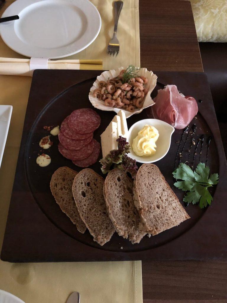 Platte mit Brot, Krabbe, Wurst