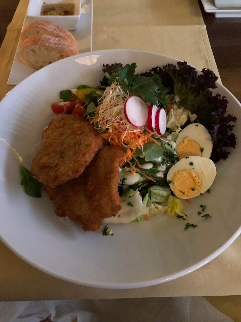 Salat mit Backfisch