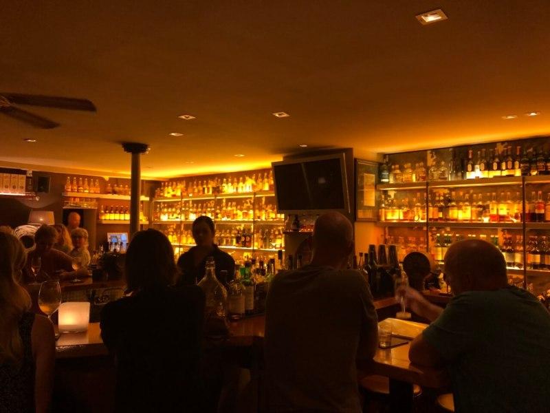 Schummrige Bar mit vielen Flaschen hinter dem Tresen
