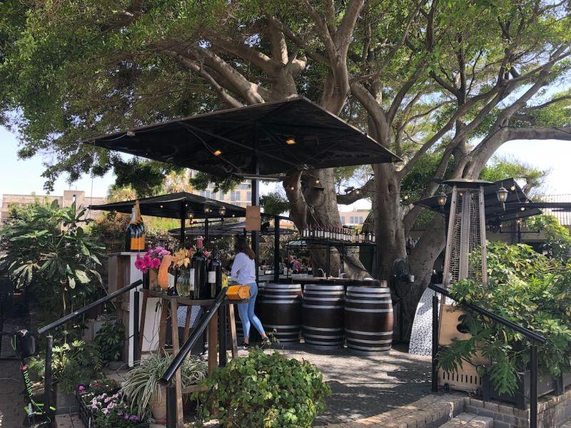 Open Air Bar unter Bäumen