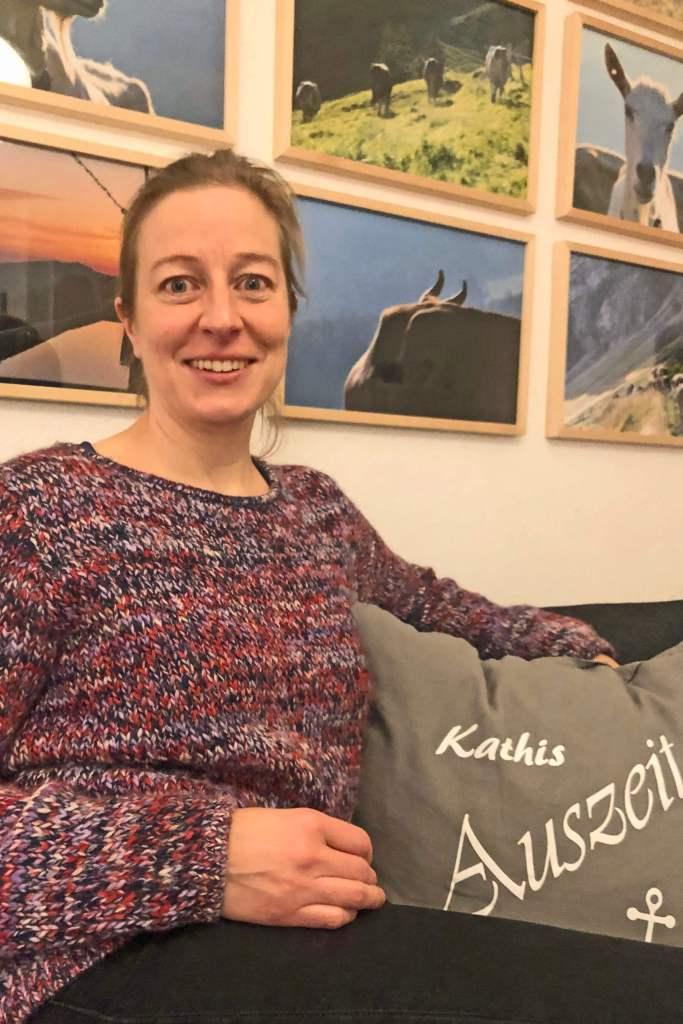Kleine Auszeiten hat Katharina täglich auf ihrem Sofa unter den Ziegenbildern
