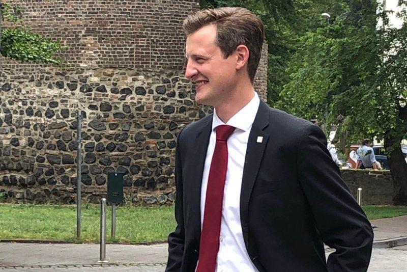 Hoteldirektor Patrik Droitsch vorm Römerturm nebenan
