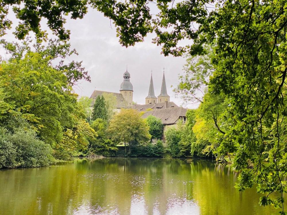 Abtei Marienmünster in Höxter vom Themenpfad Holz aus gesehen