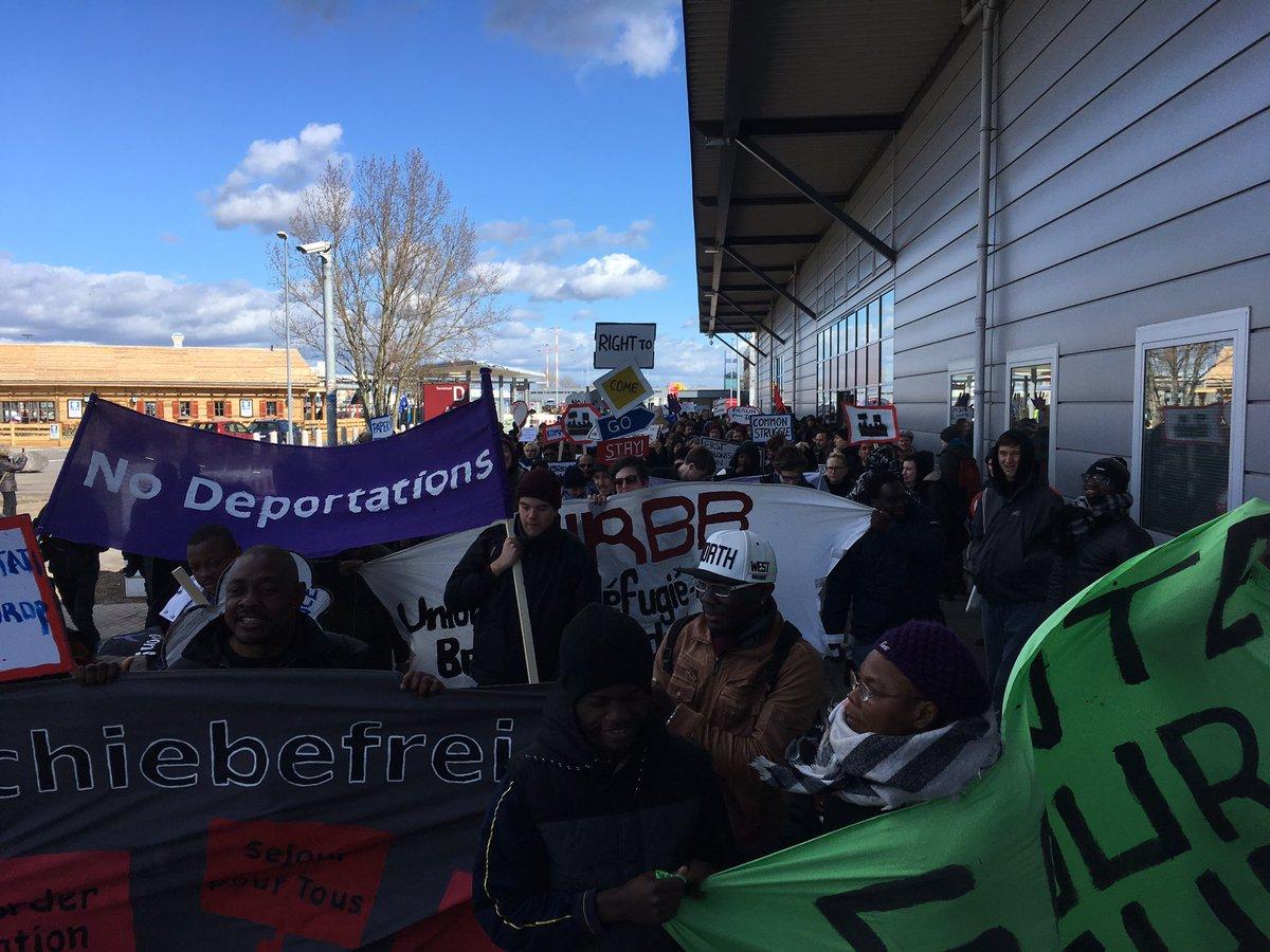 Demo gegen Abschiebungen am Flughafen Schönefeld