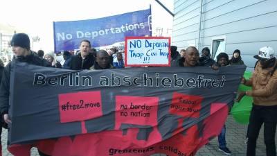 Protest am Flughafen Schönefeld gegen Abschiebungen