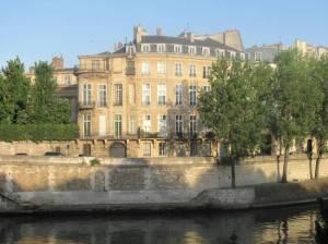 Dzisiejszy widok na Hôtel Lambert na wyspie Świętego Ludwika, w którym znajdowało się Towarzystwo Literackie. W 1843 roku, gdy okazało się, że budynek jest na sprzedaż, Eugène Delacroix poinformował o tym Chopina. Ten przekazał wieści księciu Adamowi, który dokonał zakupu