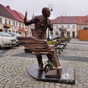 """Nowo postawiony pomnik mistrza Cierplikowskiego na sieradzkim rynku """"Fot. Szymon Nitka, Znajkraj"""""""