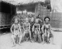 Wystawa-Powszechna-Paryz-1889-rok-jawajskie-kobiety-e1416143334774