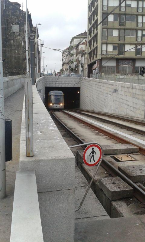 Metro vyjíždí z hlubin Porta na most Ludvíka I.